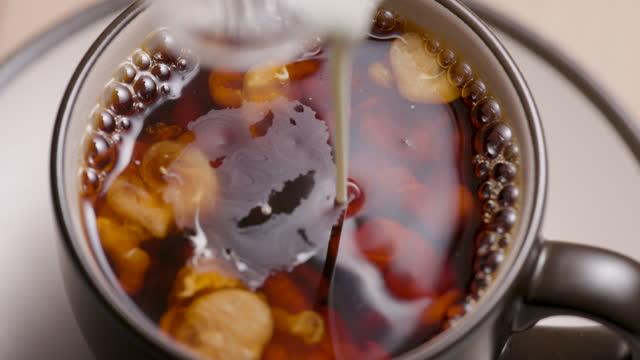 sahne in kaffee gießen - milchkaffee stock-videos und b-roll-filmmaterial