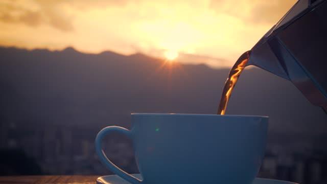 gießen tasse schwarzen kaffee nahaufnahme - koffeinmolekül stock-videos und b-roll-filmmaterial
