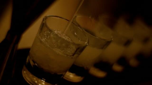 Sirve bebidas-metraje de Stock - vídeo
