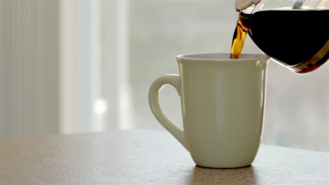 frischer kaffee gießt - kaffeetasse stock-videos und b-roll-filmmaterial