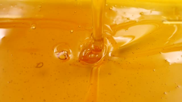 vídeos de stock e filmes b-roll de pouring honey. slow motion - mel