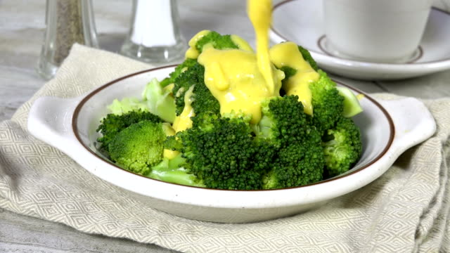 gießen heiße käsesauce auf gedünstetem brokkoli - dampfkochen stock-videos und b-roll-filmmaterial