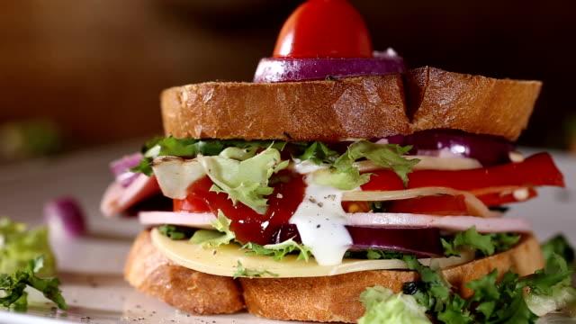 hällande ketchup och majonnäs sås över en smörgås - cheese sandwich bildbanksvideor och videomaterial från bakom kulisserna