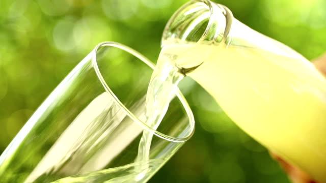 vídeos de stock e filmes b-roll de limonada vertendo do frasco em vidro em câmara lenta - limonada tradicional