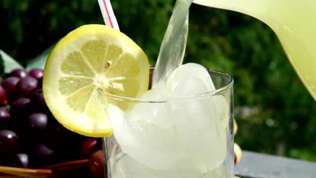 vídeos de stock e filmes b-roll de verter limonada tradicional - limonada tradicional