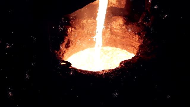 eingießen flüssigem metall auf stahl pflanze - aluminium stock-videos und b-roll-filmmaterial