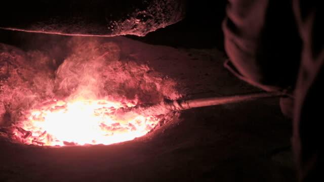 versare in metallo liquido il in acciaio pianta - attrezzatura energetica video stock e b–roll