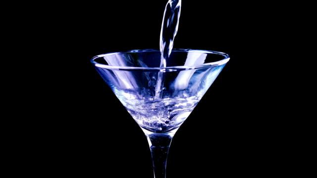 hälla martinicocktail på nattklubb - martini bildbanksvideor och videomaterial från bakom kulisserna