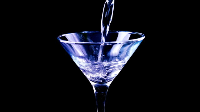stockvideo's en b-roll-footage met gieten van martini cocktail in nachtclub - martini