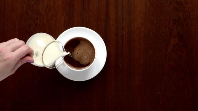 hälla mjölk i kaffe. slow motion - tefat bildbanksvideor och videomaterial från bakom kulisserna