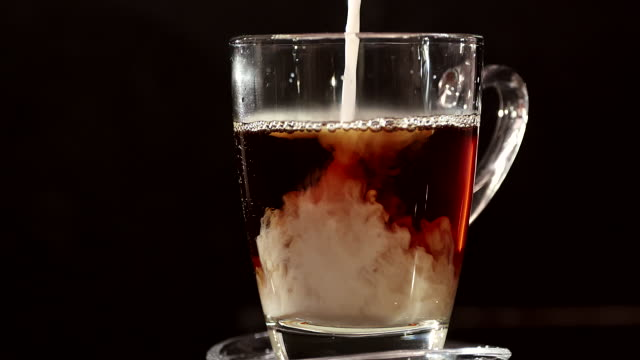 milch in den kaffee gießen - cappuccino stock-videos und b-roll-filmmaterial