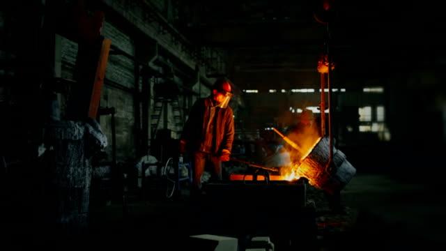 pouring out of the melted metal in a form - metallindustri bildbanksvideor och videomaterial från bakom kulisserna