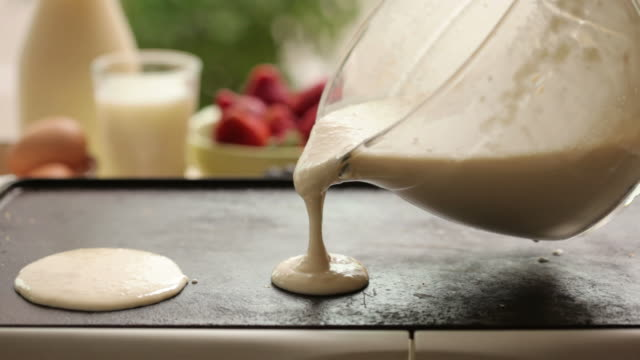 versare pastella frittella - pancake video stock e b–roll