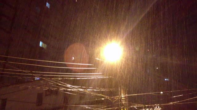 pouring rain , lamp post at night - латинская америка стоковые видео и кадры b-roll