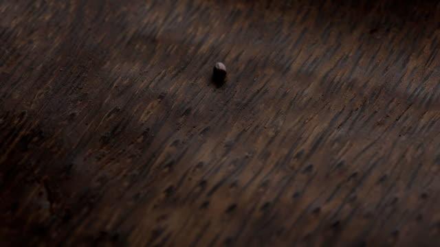 hälla rött ris i en mörk träplatta närbild - lucia bildbanksvideor och videomaterial från bakom kulisserna