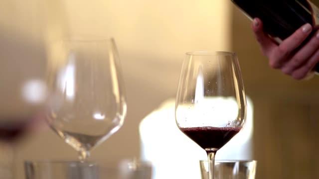 gießen von rotwein im glas - winzer sitzend trauben stock-videos und b-roll-filmmaterial