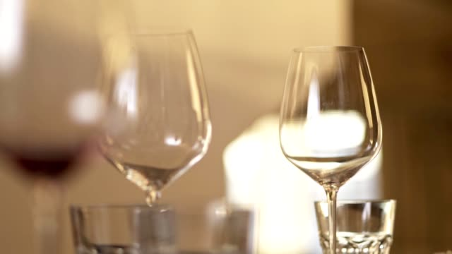 vídeos de stock e filmes b-roll de pouring red wine into glass - uva shiraz