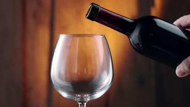 vídeos de stock e filmes b-roll de pouring red wine into glass - vinho