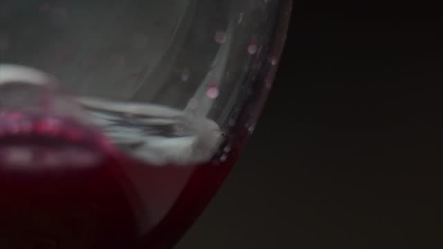 gießen rotwein der flasche. - cabernet sauvignon traube stock-videos und b-roll-filmmaterial