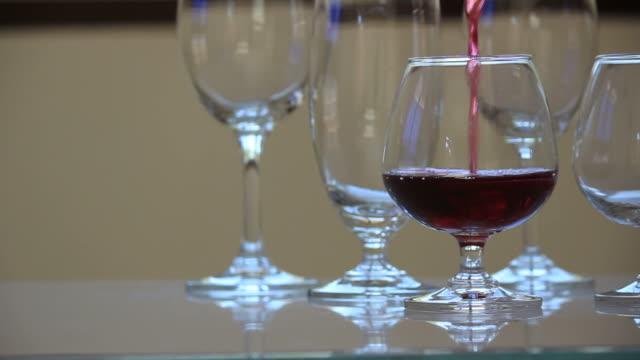 versare il vino rosso. - full hd format video stock e b–roll