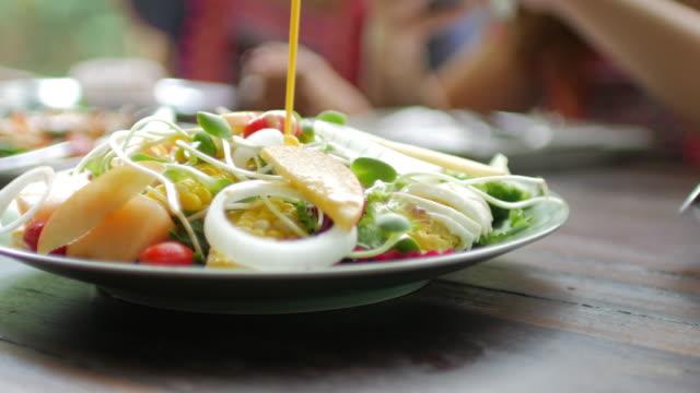 야채 샐러드에 샐러드 크림 소스를 따르고 - 식초 스톡 비디오 및 b-롤 화면