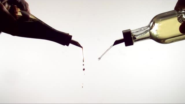 소스와 식물성 기름 붓는 - 식초 스톡 비디오 및 b-롤 화면