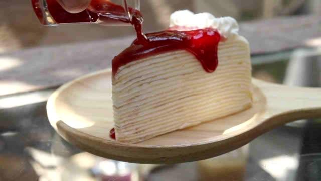 いちごのケーキのソースを注いで SLO MO LD ビデオ