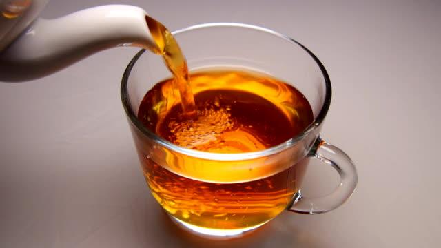注ぐ紅茶をカップへと砂糖 - マグカップ点の映像素材/bロール