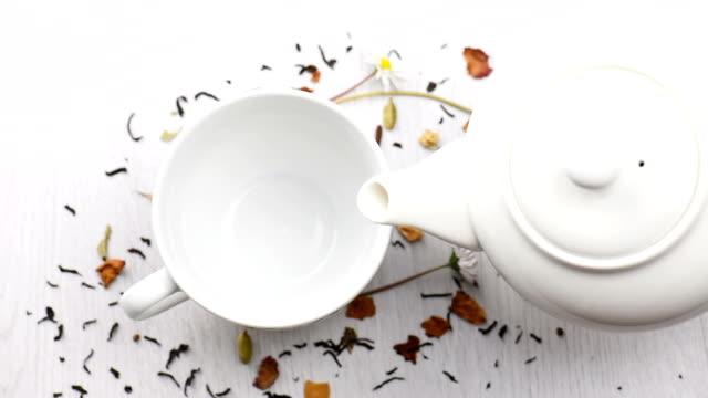 vídeos y material grabado en eventos de stock de verter el té - manzanilla
