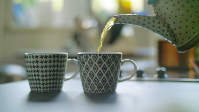 お茶を注ぐ - お茶の時間点の映像素材/bロール
