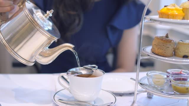 注ぐティー - お茶の時間点の映像素材/bロール