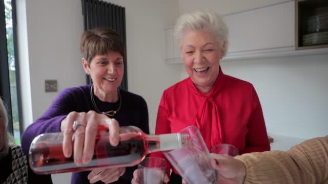 vídeos y material grabado en eventos de stock de pouring the wine - bien vestido