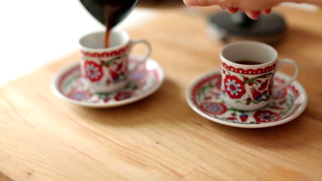 versare caffè turco - cultura turca video stock e b–roll