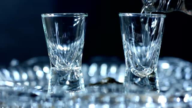 versare vodka cristallo - vodka video stock e b–roll