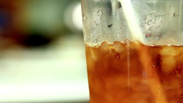 vídeos de stock e filmes b-roll de verter a água no café gelado - café gelado
