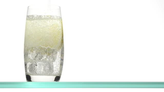 gießen wasser in eine glas - alkoholfreies getränk stock-videos und b-roll-filmmaterial