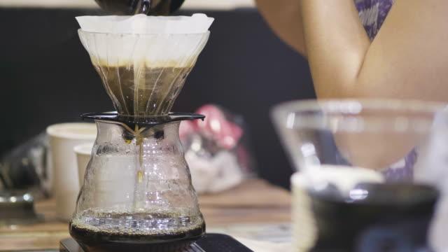 コーヒー フィルターに水を注いで - バリスタ点の映像素材/bロール