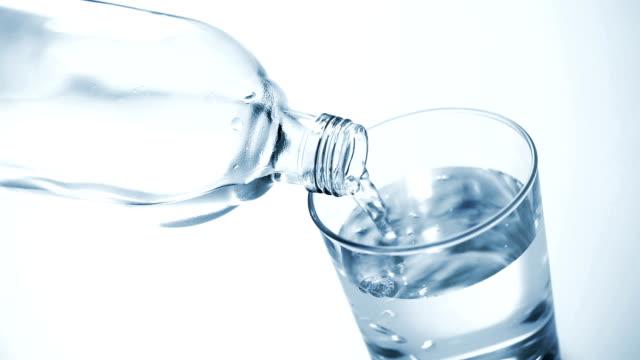 eingießen von wasser - alkoholfreies getränk stock-videos und b-roll-filmmaterial
