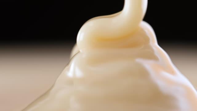 vidéos et rushes de verser la sauce au chocolat blanc - vanille