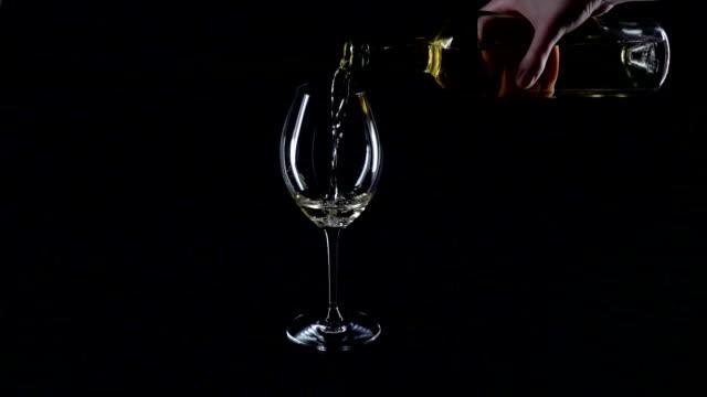 hälla vitt vin i ett glas, svart, siluett, slowmotion - vitt vin glas bildbanksvideor och videomaterial från bakom kulisserna