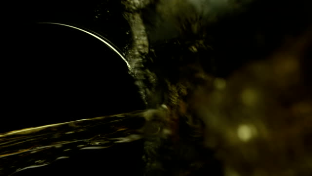 hälla vitt vin - vit rieslingdruva bildbanksvideor och videomaterial från bakom kulisserna