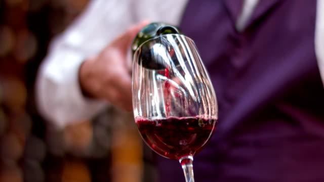 グラスに注ぐワイン - 赤ワイン点の映像素材/bロール