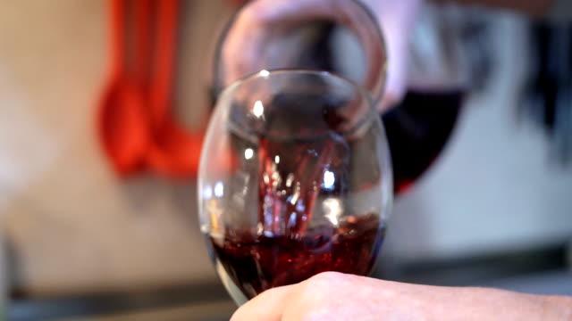 vídeos de stock e filmes b-roll de pouring wine into a glass-super slow motion - barrica
