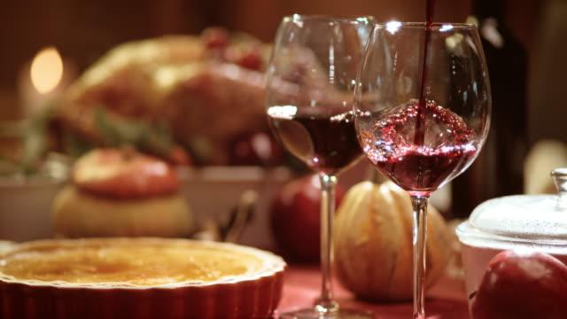slo mo 注ぐワインを、グラスでの感謝祭のテーブル - テーブル 無人のビデオ点の映像素材/bロール