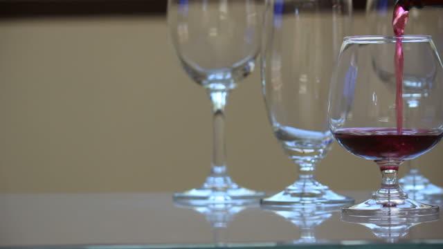 versare il vino. - full hd format video stock e b–roll
