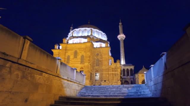夜のラレリモスクのポヴ入り口、それはまたチューリップモスクトルコ語と呼ばれています:ラレリ・カミイバロック様式の建築、オスマン帝国 - モスク点の映像素材/bロール