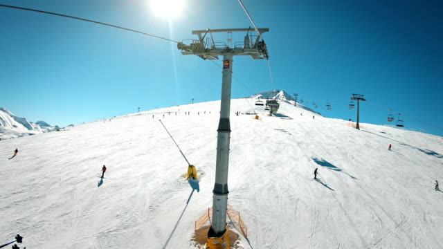 skipiste mit dem skilift, der am sonnigen tag auf dem gipfel der skipisten ankommt - utah stock-videos und b-roll-filmmaterial