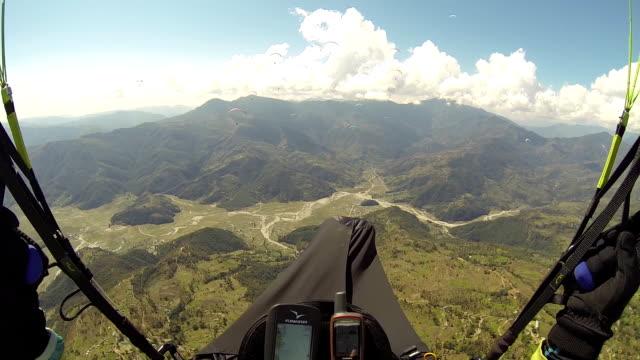 pov paragliding in the sky annapurna pokhara, nepal, himalayas - парапланеризм стоковые видео и кадры b-roll