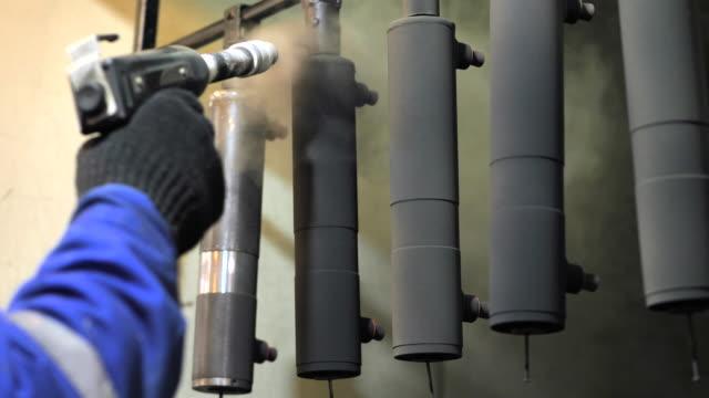 pulverbeschichtung von metallteilen. - gemahlen stock-videos und b-roll-filmmaterial