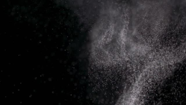 vídeos de stock e filmes b-roll de powder isolated on black background - cinza